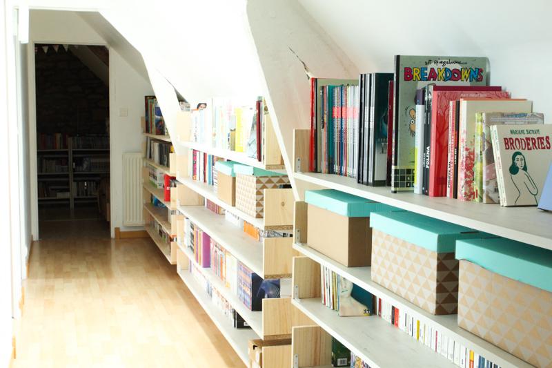 Couloir aménagé en bibliothèque